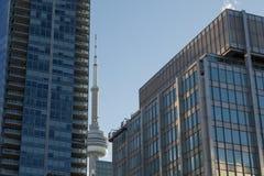 Torre nazionale canadese del CN della torre circondata dalle costruzioni più moderne a Toronto del centro La torre del CN è la co Fotografia Stock