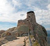 Torre negra del puesto de observación del fuego del pico de los alces [conocido antes como pico de Harney] en Custer State Park e fotos de archivo