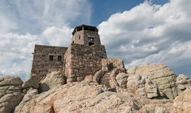Torre negra del puesto de observación del fuego del pico de los alces [conocido antes como pico de Harney] en Custer State Park e foto de archivo libre de regalías
