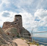 Torre negra del puesto de observación del fuego del pico de los alces [conocido antes como pico de Harney] en Custer State Park e fotografía de archivo
