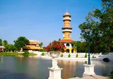 Torre nel parco con il bello lago Fotografia Stock Libera da Diritti