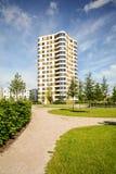 Torre nella città - edificio residenziale moderno dell'appartamento con la norma della casa di energia bassa Fotografie Stock Libere da Diritti