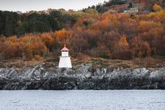 Torre norvegese tradizionale del faro immagine stock libera da diritti
