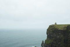 Torre nos penhascos de Moher Imagem de Stock Royalty Free