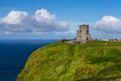 A torre nos penhascos de Moher, Irlanda foto de stock
