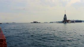 Torre nubile del ` s con i molti traghetto e vecchio fondo di Costantinopoli della città - Turchia video d archivio