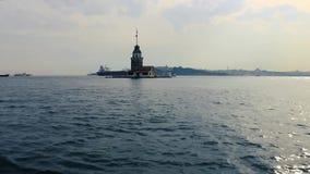 Torre nubile del ` s con il traghetto ed il vecchio fondo di Costantinopoli della città - Turchia stock footage