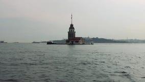 Torre nubile del ` s con la piccola barca ed il vecchio fondo di Costantinopoli della città - Turchia stock footage