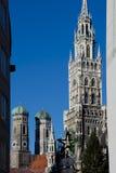 Torre nuevo ayuntamiento y Frauenkirche de Munich Imágenes de archivo libres de regalías