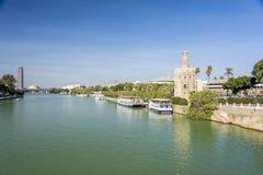 Torre o Torre del Oro dorata, lungo il fiume di Guadalquivir, Siviglia, Spagna immagine stock libera da diritti