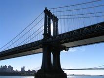 Torre occidental del puente de Manhattan, puesta a contraluz por Afternoon Sun imagenes de archivo