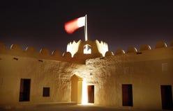 Torre occidental iluminada del fuerte de Riffa, Bahrein Imagen de archivo