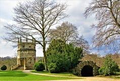A torre octogonal e o túnel serpentino na abadia das fontes, em North Yorkshire, ao fim de março de 2019 imagem de stock royalty free