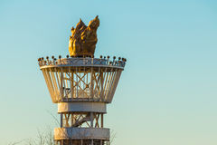 Torre olímpica da tocha de Atlanta no fundo do céu imagem de stock