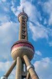 Torre oriental da pérola com fundo nebuloso do céu azul, Shanghai, Imagem de Stock Royalty Free
