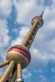 Torre oriental da pérola com fundo nebuloso do céu azul, Shanghai, Imagens de Stock