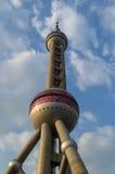 Torre oriental de la perla con el fondo nublado del cielo azul, Shangai, fotos de archivo