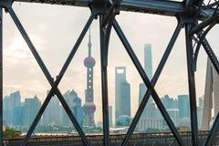Torre orientale della perla su cielo blu Immagini Stock Libere da Diritti