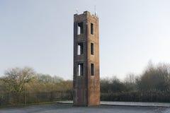 A torre para o treinamento da emergência do corpo dos bombeiros pratica e escada contra a facilidade do tijolo vermelho e o céu v imagens de stock royalty free