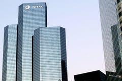 A torre Paris do total de La Defesa Oil Empresa petrolífera sedia em Courbevoie, france Fotografia de Stock Royalty Free
