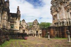 Torre, patio y bibliotecas principales del templo antiguo del Khmer construido de la piedra arenisca roja y de la laterita y dedi fotos de archivo libres de regalías
