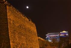 Torre Pekín del reloj de luna de la noche del parque de la pared de la ciudad foto de archivo libre de regalías