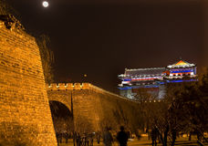 Torre Pekín del reloj de luna de la noche del parque de la pared de la ciudad fotos de archivo