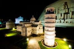 Torre pendente二比萨的夜摄影在微型公园的是显示微型大厦和模型的一个露天场所 免版税库存图片