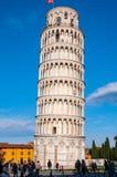 Torre pendente di Pisa in dei Miracoli della piazza fotografie stock