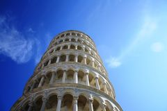 Torre pendente di Pisa su cielo blu 30 10 2011 - L'Italia, Pisa immagini stock libere da diritti
