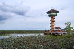 Torre per le viste del tramonto e dell'alba di panorama a Thale Noi in Phatthalung, Tailandia Fotografie Stock