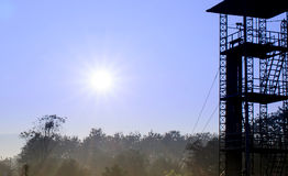 Torre piedi da 34 e di alba per praticare il trapano del paracadute Fotografia Stock Libera da Diritti