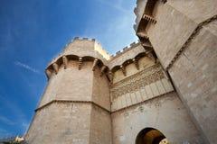 Torre poderosa, porta velha à cidade contra o céu azul foto de stock