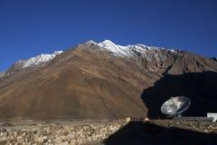 Torre por satélite en el valle de Zanskar, Ladakh, la India Foto de archivo