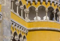 Torre próxima acima do palácio de Pena Nacional em Sintra imagens de stock