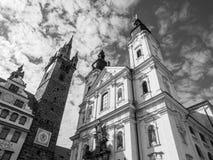 Torre preta e a igreja da concepção imaculada do ` s da Virgem Maria e do St Ignatus em Klatovy, República Checa Preto e imagem de stock