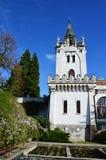 Torre principal de la mansión neoclassicistic de Amrozy en Eslovaquia occidental, con las camas de planta y los arbustos blossimi Foto de archivo libre de regalías