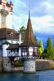 Torre que estende no lago do edifício fotografia de stock royalty free