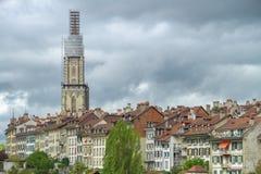 Torre que se eleva sobre a cidade Imagem de Stock Royalty Free