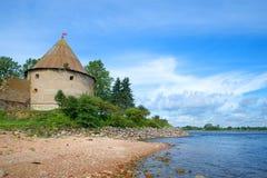 Torre real nos bancos do rio de Neva Fortaleza de Oreshek Região de Leninegrado, Shlisselburg, Rússia fotografia de stock royalty free