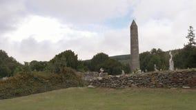 Torre redonda del sitio monástico de Glendalough, Irlanda almacen de video