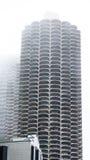 Torre redonda moderna de la propiedad horizontal en niebla Imagen de archivo