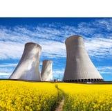 Torre refrigerando com campo de florescência dourado da colza Fotografia de Stock
