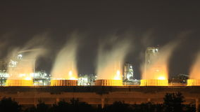 Torre refrigerando da planta industrial na noite, Tailândia da refinaria de petróleo vídeos de arquivo