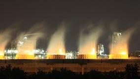 Torre refrigerando da planta industrial na noite, Tailândia da refinaria de petróleo filme