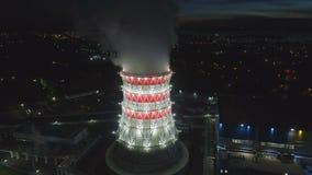 Torre refrigerando moderna da vista panorâmica com vapor contra a cidade video estoque
