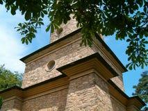 Torre rodeada por el verdor Imagen de archivo libre de regalías