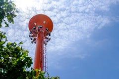 Torre roja del tanque de agua del metal usada para la luz del deporte y el altavoz del cuerno Imagen de archivo