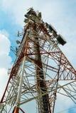 Torre roja y blanca de comunicaciones con con mucho differe Foto de archivo
