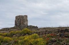 Torre romana del nuraghe del castello della Sardegna fotografia stock libera da diritti